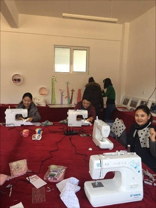 """编织工艺、布艺……这些传统手工艺是我国提倡保护的非物质文化遗产,如今这些技艺被中国运载火箭技术研究院(以下简称""""火箭院"""")第四届支教团带进了甘肃省甘南藏族自治州夏河县九甲小学(以下简称""""九甲小学"""")。   这件事还要从2016年9月说起,当时九甲小学新教学楼主体工程竣工,第四届支教团主动承担了4间美术教室和3间音乐教室的设计、装修工作。为了节约费用,支教团成员一起动手制作装饰物品、布置教室。就这样,原本四白落地的教室,在支教团"""